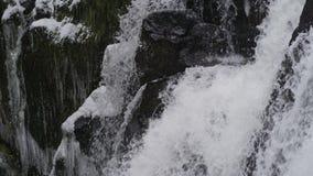 Czasu upływ spada kaskadą w dół lodowate skały gnanie siklawa zbiory wideo