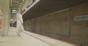 Czasu upływ stacja metru z ludźmi wsiada pociągi i odprowadzenie zbiory wideo