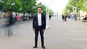 Czasu upływ stoi outdoors w zwyczajnej ulicie przystojny biznesmen zbiory wideo