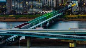 Czasu upływ taborowa krzyżuje Arakawa rzeka na kolejowym moście w Tokio, Japonia zbiory wideo