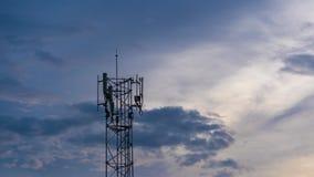 Czasu up?yw telekomunikacji wierza antena przy zmierzchem zbiory