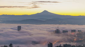 Czasu upływ Toczna mgła i Niskie chmury nad miastem Portlandzki Oregon z śnieg Zakrywającą górą Okapturzamy wczesnego poranek prz zbiory wideo
