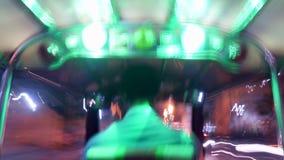 Czasu upływ: Turyści Jedzie Tuk-Tuk jeżdżenie przy nocy ulicami Popularny trójkołowy Tradycyjny taxi transport w Azja zbiory