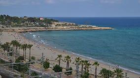 Czasu upływ unidentifiable sunbathers przy cud plażą w Tarragona, Hiszpania na idylliczny Costa Daurada znaczyć Złoty zbiory wideo