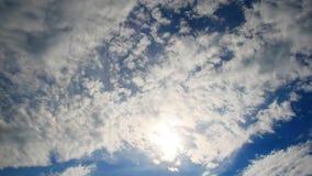 Czasu upływ unosić się chmurnieje przeciw niebieskiemu niebu S?o?ce przez chmur zbiory wideo