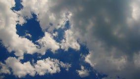 Czasu upływ unosić się chmurnieje przeciw niebieskiemu niebu S?o?ce przez chmur zdjęcie wideo