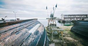 Czasu upływ wioska rybacka i łodzie rybackie zbiory