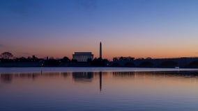 Czasu upływ wschód słońca na Lincoln pomniku i Waszyngtońskim zabytku w Waszyngton, DC