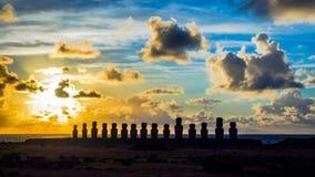 Czasu upływ wschód słońca przy Ahu Tongariki na Wielkanocnej wyspie zbiory