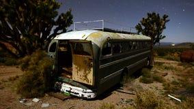 Czasu upływ zapamiętanie autobus przy nocą w pustyni - 4K zbiory