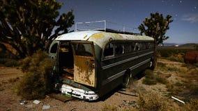Czasu upływ zapamiętanie autobus w pustyni przy nocą zdjęcie wideo