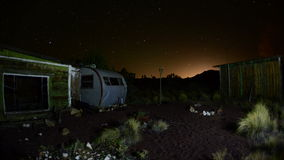 Czasu upływ zapamiętanie dom w pustyni przy nocą - 4K zbiory wideo