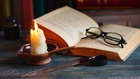 Czasu upływu świeczka i stare książki przy nighttime Zamyka w górę widok Filmowy koloru oceniać zbiory wideo