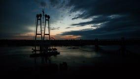 Czasu upływu budowa nowy most nad rzeką zdjęcie wideo