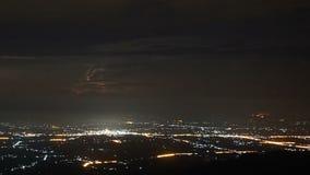Czasu upływu burza chmurnieje przy nocą z błyskawicą zbiory