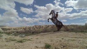 Czasu upływu chmury przy skałą kształtują teren Cappadocia Nevsehir Turcja zbiory wideo