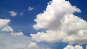 Czasu upływu Czysty Biały Puszysty Obłoczny Unosić się na niebieskim niebie zdjęcie wideo