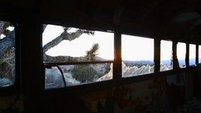 Czasu upływu Dolly zapamiętanie autobus w pustyni przy zmierzchem zdjęcie wideo