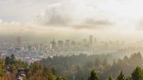Czasu upływu film chodzenie chmury i Niska mgła nad W centrum miastem Portlandzki Oregon Jeden wczesny poranek 1080p zbiory