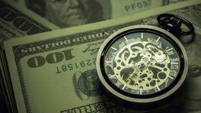 Czasu upływu kieszeniowy zegarek na dolarowym banknotu sztaplowaniu w ciemności zdjęcie wideo