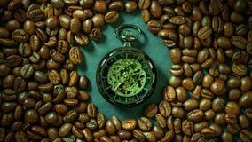 Czasu upływu kieszeniowy zegarek wśród kawowej fasoli na stole w ranku zbiory wideo