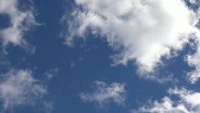 Czasu upływu klamerka białe puszyste chmury nad niebem zbiory wideo