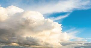 Czasu upływu klamerka białe puszyste chmury nad niebieskim niebem zbiory