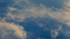 Czasu upływu klamerka białe puszyste chmury nad niebieskim niebem, 4K zbiory