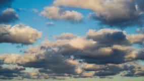 Czasu upływu klamerka puszyste chmury nad niebieskim niebem Niebiański tło zdjęcie wideo