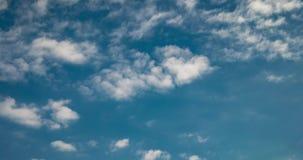 Czasu upływu klamerka różne warstwy altocumulus chmury w niebie w wietrznej pogodzie z słońce promieniami zbiory