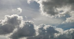 Czasu upływu klamerka szary puszysty kędzierzawy kołysanie się chmurnieje przed burzą w wietrznej pogodzie z słońce promieniami zdjęcie wideo