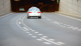 Czasu upływu miasta ruch drogowy; Samochody przewodzi tunel zbiory wideo