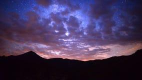 Czasu upływu niecka pasmo górskie przy nocą zbiory wideo