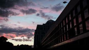 Czasu upływu piękny purpurowy zmierzch z chmurami w mieście zbiory wideo