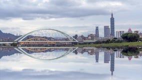 Czasu upływu sceneria Taipei miasto z pięknym odbicia miasta drapacz chmur i mostem zbiory wideo