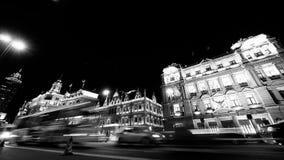 Czasu upływu Szanghaj bund ruch drogowy przy nocą, staromodny biznesowy budynek zdjęcie wideo
