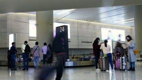 Czasu upływu tłumu ludzie podnoszą up bagaż w lotnisku zbiory wideo
