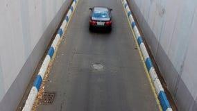 Czasu upływu transportu ruch drogowy na jednobiegowej drodze na jesień dniu, widok od above zbiory wideo