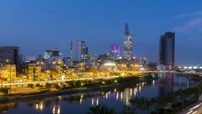 Czasu upływu widok Tau Hu kanał i Bitexco finansowy budynek w Hochiminh mieście zbiory wideo