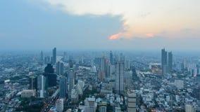 Czasu upływu wysoki widok miasto w zmierzchu czasie zbiory