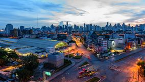 Czasu upływu Wysoki widok miasto z ruchu drogowego samochodem w wschodu słońca czasie zbiory