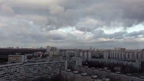 Czasu upływ miasto i burzowe chmury zbiory wideo