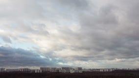 Czasu upływ miasto i burzowe chmury zbiory