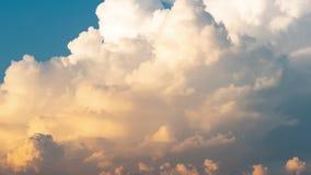 Czasu upływ natura chmurnieje chodzenie nad jasnym niebieskim niebem w lato sezonie zbiory