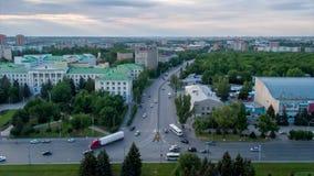 Czasu up?yw Ruch samochody na autostradzie z ruchem chmury w Rostov na Don w ciągu dnia zbiory