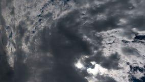 Czasu up?ywu natury t?a chmur Z?owieszczy dryf przez niebo wolno, zagra?a deszcz zbiory