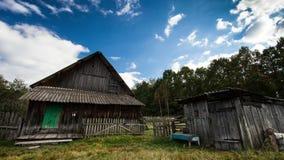 Czasu upływu stary Rosyjski drewniany dom i ruch chmury zdjęcie wideo