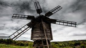 Czasu upływu stary wiatraczek na tle dramatyczne chmury zbiory
