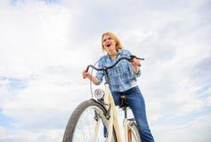 Czasu wolnego kolarstwo jest o widzieć bada i odwiedza nowych miejsca na bicyklu Dziewczyna cieszy się krótko cykl wycieczkę tury obraz stock