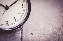 Czasu zarządzania pojęcie, rocznika zegar na drewnianej podłoga Fotografia Royalty Free